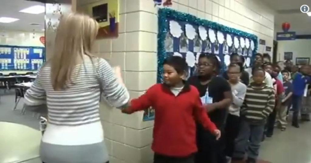 【スゴイ】生徒1人1人に違ったジェスチャーで挨拶する先生が凄いと話題に