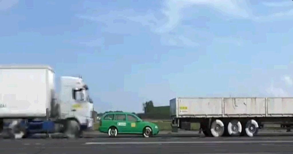 わずか43km/hの速度でもトラックに挟まれた乗用車はこうなるという実験がマジで恐ろしい